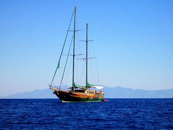 Segelboot aus frühen Tagen auf dem Meer
