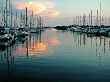 Anlegestellen für Segelboote bei Sonnenuntergang