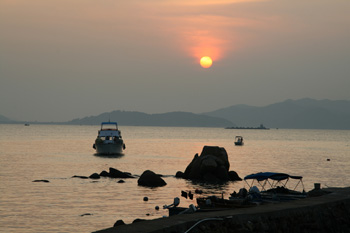 Boot, Meer und Sonnenuntergang