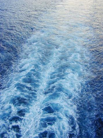 Wake bzw. Heckwelle hinter einem Boot.