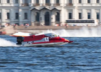 Rotes Speedboot beim Wettkampf.